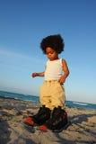 Niño en zapatos grandes foto de archivo