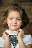 Niño encantador de la muchacha en una blusa blanca con un collar hermoso Imagen de archivo libre de regalías