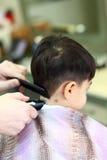 Niño encantador en el peluquero Imagen de archivo