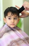 Niño encantador en el peluquero Imagen de archivo libre de regalías