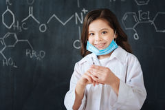Niño encantador que disfruta de la clase de la medicina en la escuela Fotografía de archivo libre de regalías