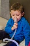 Niño enfermo bajo tratamiento de respiración Fotografía de archivo