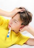 Niño enfermo con el termómetro Fotografía de archivo