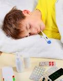 Niño enfermo con el termómetro Imágenes de archivo libres de regalías