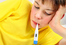 Niño enfermo con el termómetro Imagen de archivo