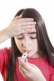 Niño enfermo de la muchacha con el termómetro Imágenes de archivo libres de regalías