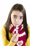 Niño enfermo de la muchacha con el termómetro Foto de archivo