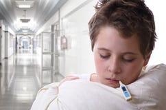 Niño enfermo en hospital Imagen de archivo libre de regalías