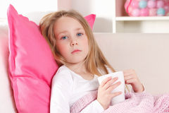 Niño enfermo en la cama Imagen de archivo