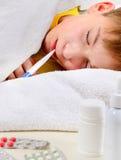 Niño enfermo en la cama Fotos de archivo libres de regalías