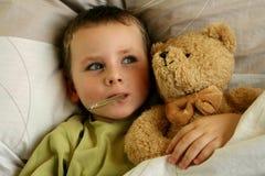 Niño enfermo. Muchacho enfermo con fiebre foto de archivo libre de regalías