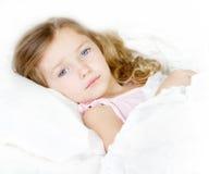 Niño enfermo o triste en cama Foto de archivo libre de regalías