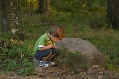Niño entre la naturaleza Foto de archivo libre de regalías