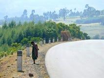 Niño etíope desconocido que se coloca en el camino en Dembecha, Etiopía - 24 de noviembre de 2008. Imagen de archivo libre de regalías