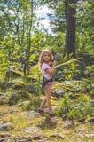 Niño, explorador en el bosque con el Walkietalkie fotografía de archivo