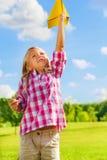 Niño feliz con el avión de papel Fotografía de archivo