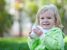 Niño feliz con el bigote de la leche Foto de archivo