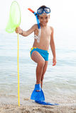 Niño feliz con el equipo de buceo en la playa Imagen de archivo