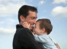 Niño feliz con el padre Foto de archivo