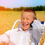 Niño feliz con el teléfono móvil Fotos de archivo libres de regalías