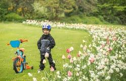 Niño feliz con la bici en parque Foto de archivo