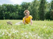 Niño feliz con la lupa al aire libre Imagen de archivo