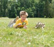 Niño feliz con la lupa al aire libre Fotos de archivo libres de regalías