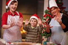 Niño feliz con la mama y la abuela en la Navidad Fotografía de archivo libre de regalías