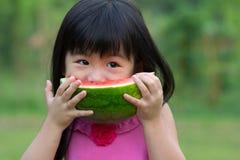 Niño feliz con la sandía Imagen de archivo libre de regalías