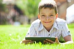 Niño feliz con la tableta Fotografía de archivo