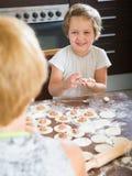 Niño feliz con las bolas de masa hervida del makin de la madre Imágenes de archivo libres de regalías