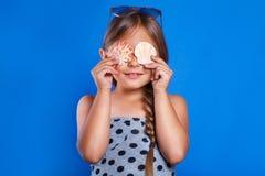 Niño feliz con las conchas marinas Vacaciones de verano y concepto del viaje Imagenes de archivo