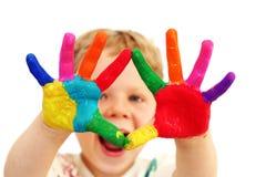 Niño feliz con las manos pintadas foto de archivo libre de regalías