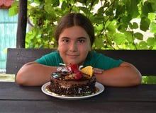 Niño feliz con su torta de cumpleaños Foto de archivo
