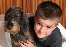 Niño feliz con un perro Imágenes de archivo libres de regalías