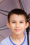 Niño feliz confiado del retrato con el paraguas imagen de archivo libre de regalías