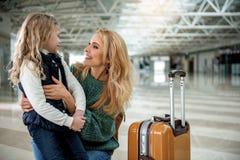 Niño feliz de abarcamiento de la mamá preciosa antes del vuelo Fotos de archivo libres de regalías