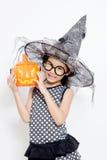 Niño feliz de la bruja con la calabaza Imagen de archivo