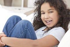 Niño feliz de la muchacha del afroamericano de la raza mezclada Foto de archivo