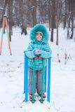 Niño feliz de la muchacha del niño al aire libre en invierno Imagen de archivo