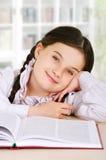 Niño feliz de la niña con un libro interior Imagen de archivo libre de regalías