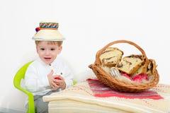 Niño feliz del arreglo de Pascua foto de archivo