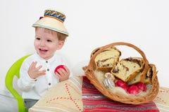 Niño feliz del arreglo de Pascua fotos de archivo libres de regalías