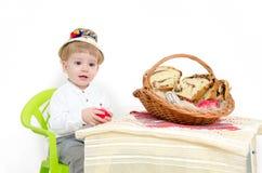 Niño feliz del arreglo de Pascua Imagen de archivo