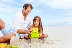 Niño feliz del castillo de la arena fotografía de archivo libre de regalías