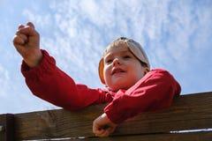 Niño feliz del muchacho del ocio de la niñez que juega al juego del piedra papel o tijera en parque imagen de archivo