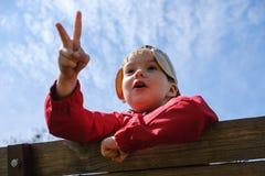 Niño feliz del muchacho del ocio de la niñez que juega al juego del piedra papel o tijera en parque imagen de archivo libre de regalías