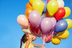 Niño feliz del niño de la niña con los globos en fondo del cielo imagen de archivo libre de regalías