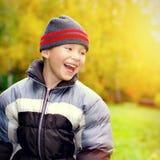 Niño feliz en Autumn Park Imagenes de archivo