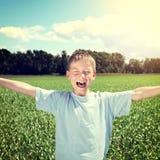 Niño feliz en el campo fotos de archivo